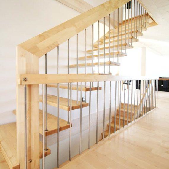 Koka kāpnes ar nerūsējošā tērauda stieņiem