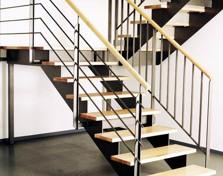 Metāla kāpnes ar koka elementiem