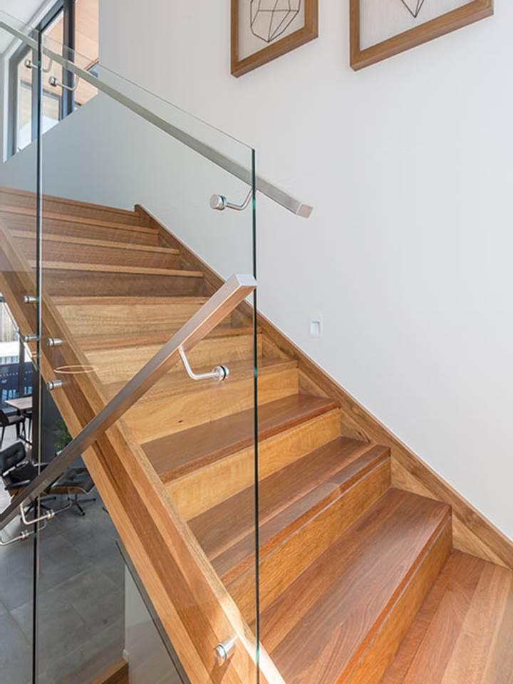 Koaka kāpnes ar stikla margām un nerusejošā tērauda lenteri